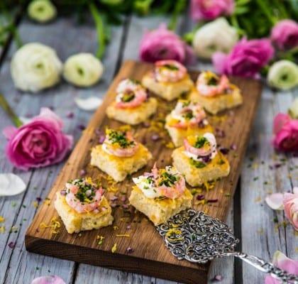 Ostquiche med räkor, hackad rödlök och creme fraiche
