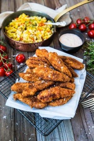 Panerad och friterad kyckling med paellapanna och remouladsås