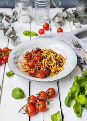Gräddig pasta med basilika och ugnsrostade tomater