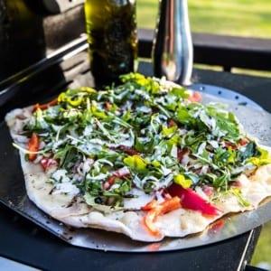 Grillad pizza med paprika och skinka