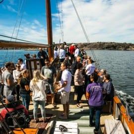 Champagne och ostron på fiskebåten Donalda i Grebbestad