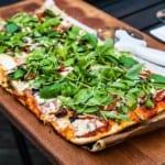 Grillad pizza med ramslök, soltorkade tomater och champinjoner