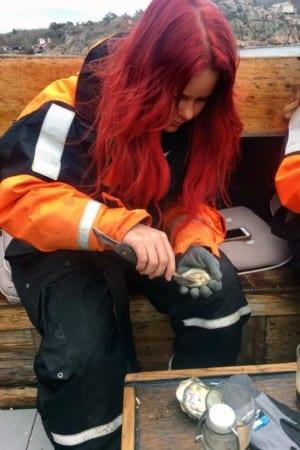 Madeleine Landley öppnar ostron