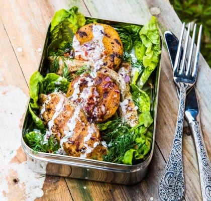 Sallad till picknick med kyckling och grillade persikor