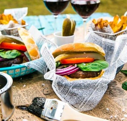 Portabelloburgare med hemmagjord hamburgerdressing och pommes