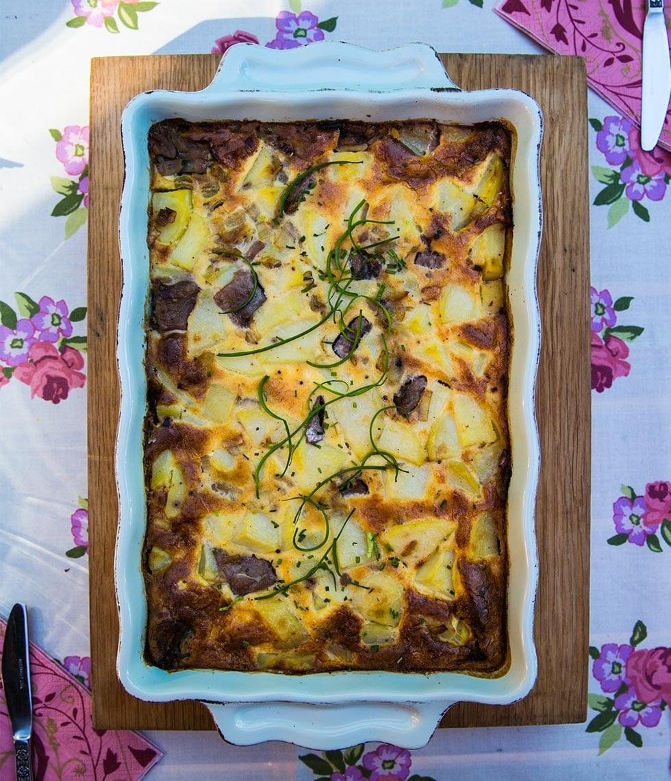 Matjesgratäng med potatis, gul lök och svarta oliver