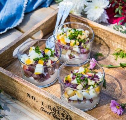 Matjessill i glas med med pepparrotsgrädde och äpple