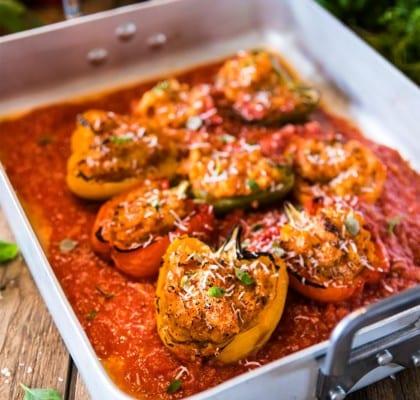 Grillade paprikor, fyllda med tomat-polenta, örter och pecorino