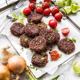 Vegetariska biffar med rött ris, kidney och ramslök