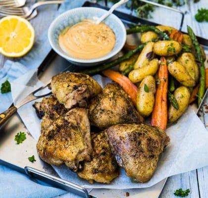 Grillade kycklinglår med ugnsrostade rotsaker och citronsås
