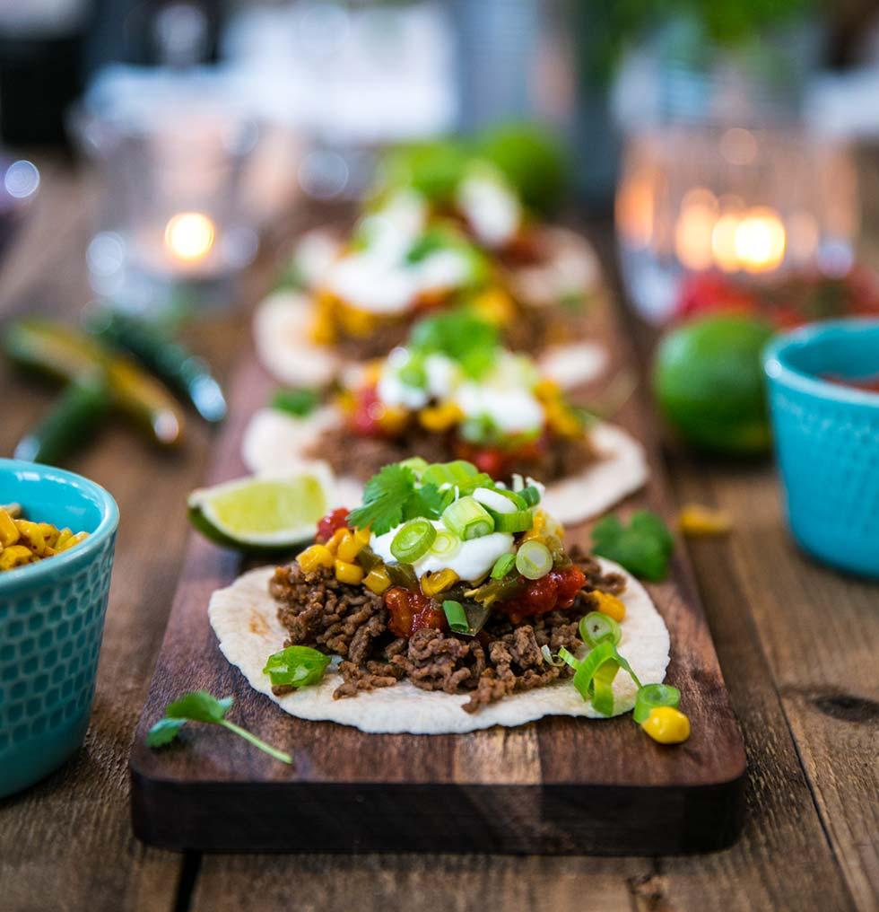 Tacos med köttfärs, salsa, gräddfil, rostad majssallad och koriander