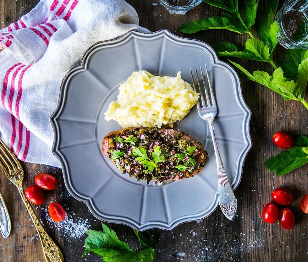 Klassiska isterband fyllda med rödlök och inlagd gurka