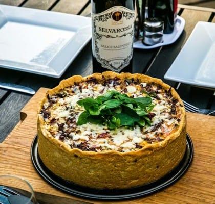 Köttfärspaj med oliver och soltorkade tomater
