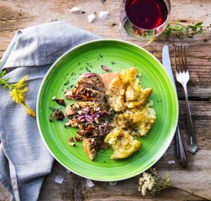 Kycklingfiléer i ugn med krossad potatis och gräddsås