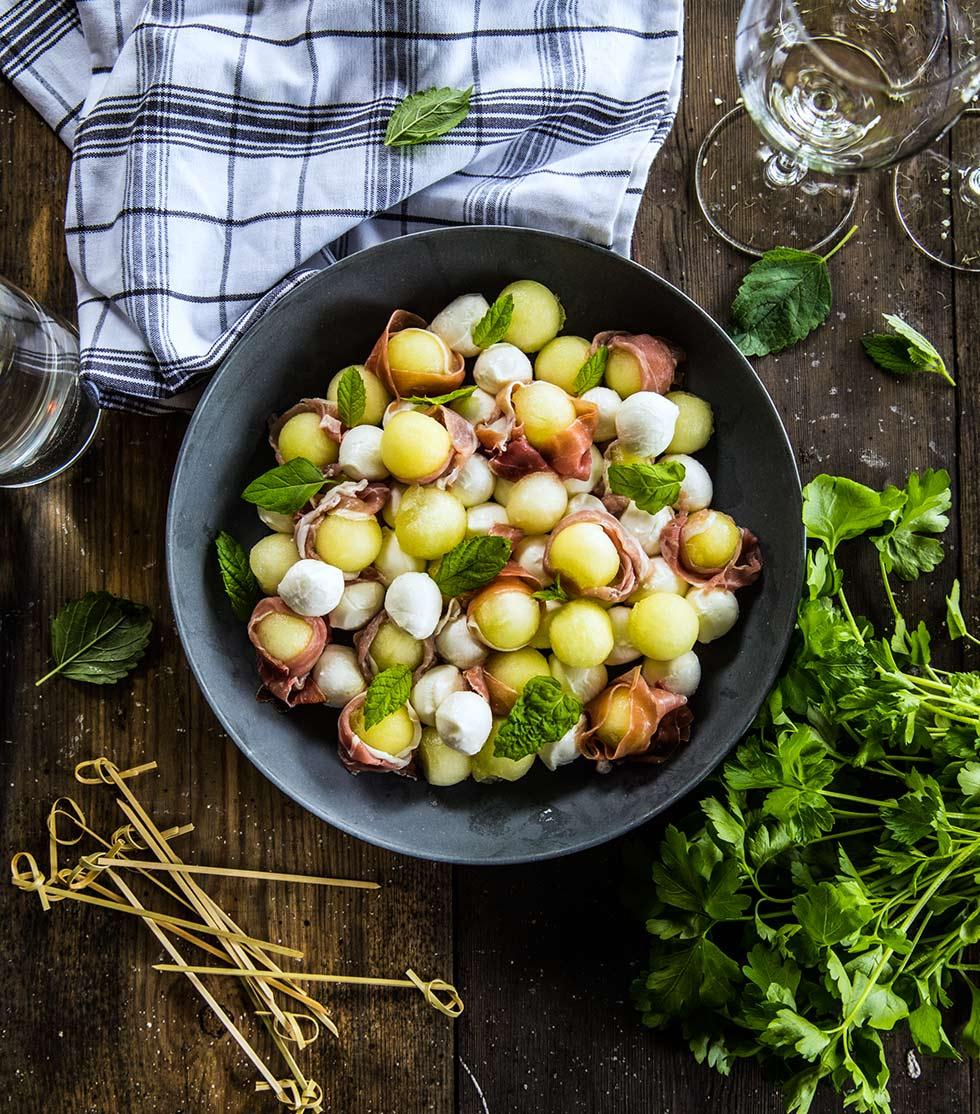 Melon- och mozzarellabollar med lufttorkad skinka och mynta