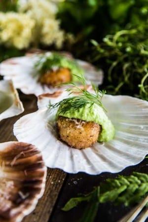 Parmesanpanerade pilgrimsmusslor med ärt- och wasabimajjo