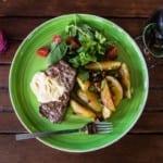 Grillad ryggbiff med bearnaise och klyftpotatis