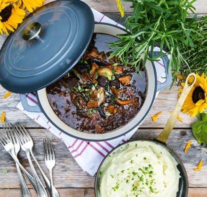 Älggryta med kantareller, plommon, lingon och potatismos
