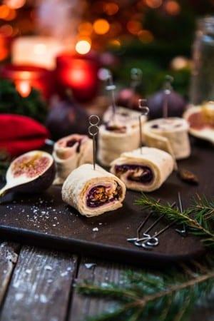 Juliga tunnbrödsrullar med fikon, skinka och rödkål