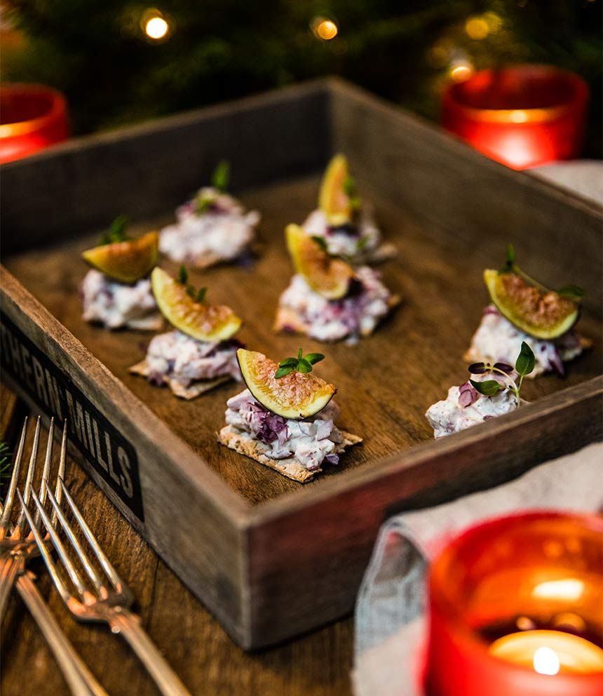 Julsnittar med knäckebröd, skinkröra och fikon