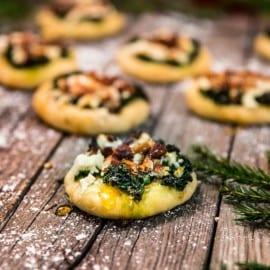 Minipizzor med grönkål, feta och rostade mandlar