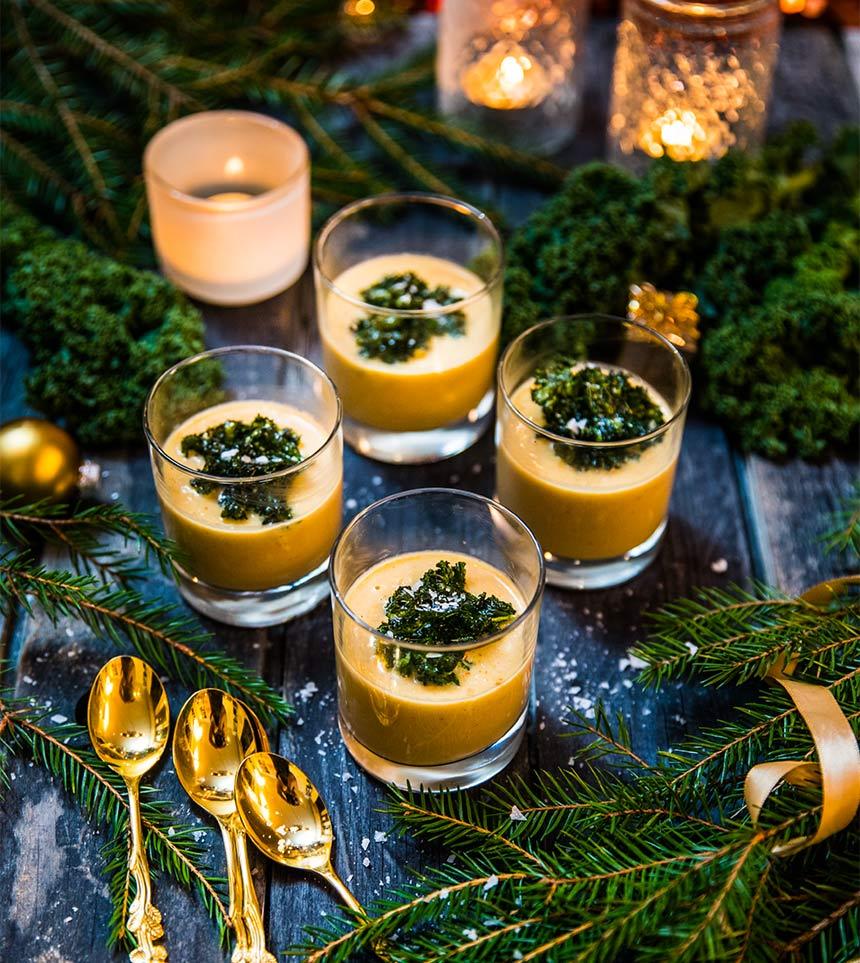 Julig majssoppa med apelsin, nejlika och grönkålschips