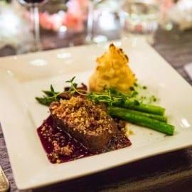 Rostas i sous vide med rotselleribakelser, rödvinssås och salsiccia-krisp