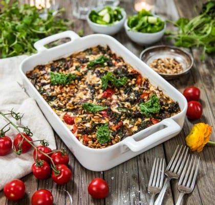 Vegogratäng med grönkål, fetaost och soltorkade tomater