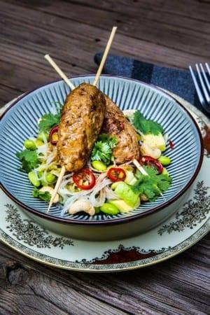 Heta asiatiska köttfärsspett med nudelsallad