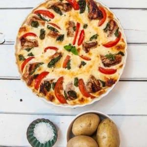 Gratäng med fläskkotlett, mozzarella, tomater och basilika