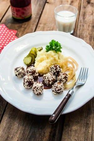 Prickiga köttbullar med potatismos, gräddsås och stekt lök