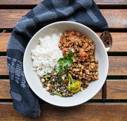 Köttfärsgryta med bönor, linssallad och ris