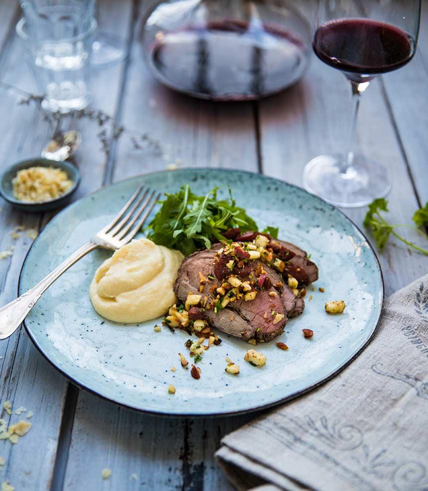 Lammstek med vitlök och rosmarin, rotselleripuré och nötcrunch