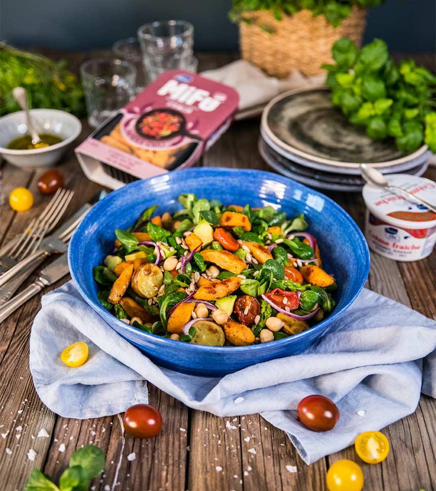 Mättande sallad med Mifú strimlor, rostade potatishalvor och avokado