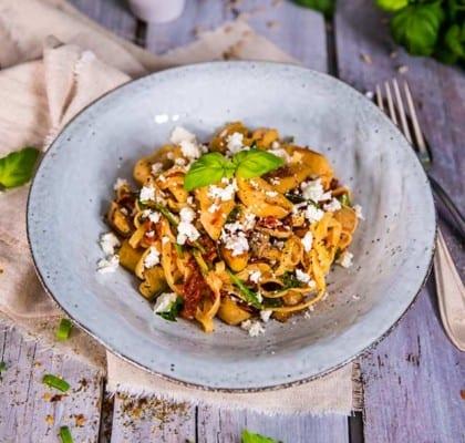 Krämig pasta med MiFú strimlor, fetaost och soltorkade tomater