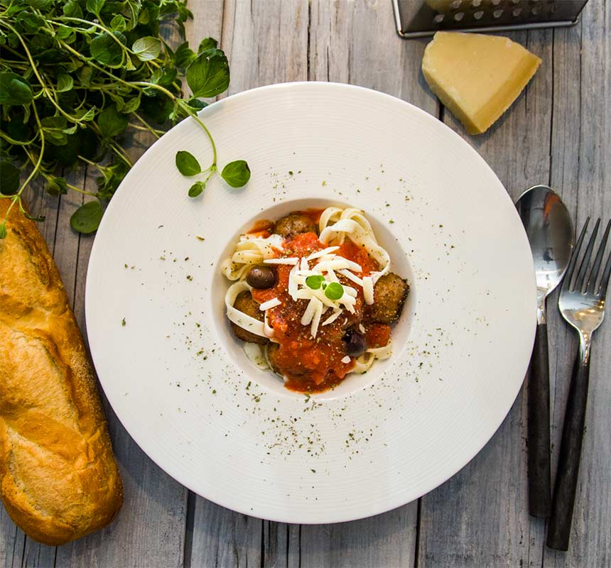 Köttbullar med tagliatelle i mustig tomatsås