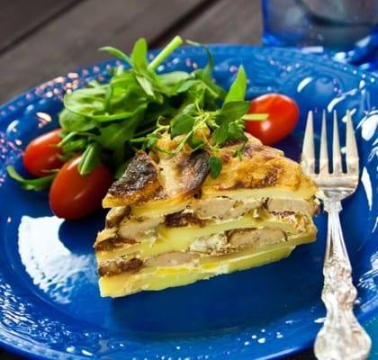 Potatisgratäng med köttbullar, fetaost och soltorkade tomater