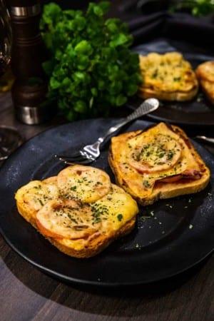 Varma mackor med ost, skinka och tomat