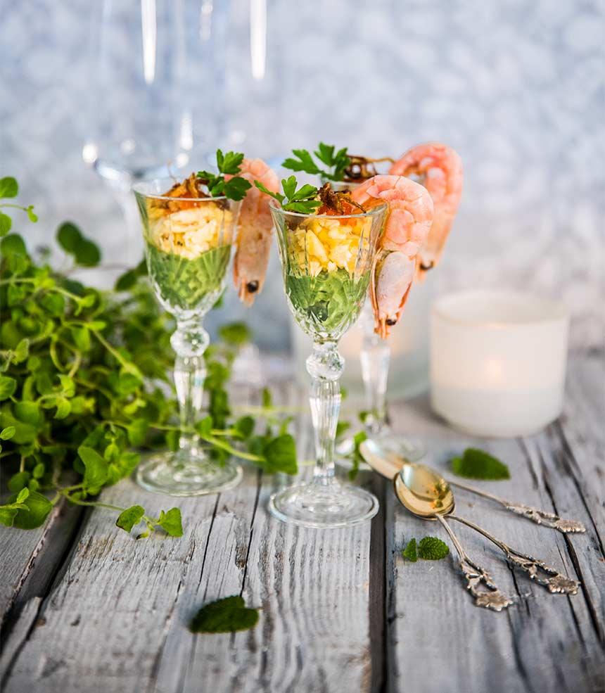 Festliga cocktails medärtpuré, äggröra och rostad lök