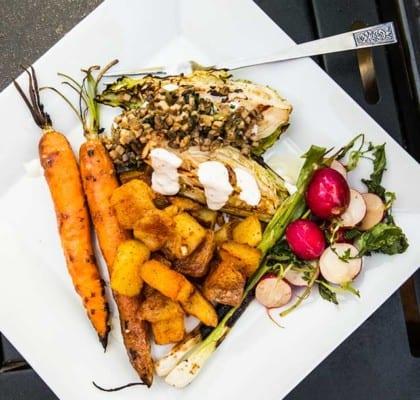 Grillade grönsaker med frasig ugnspotatis och ramslöksröra