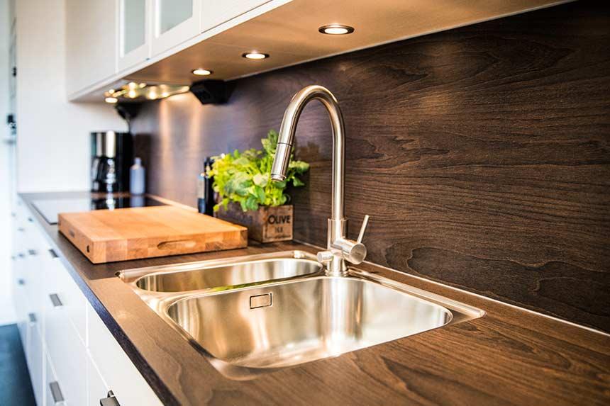 Stänkskydd och bänkskiva i laminat kök från Electrolux Home