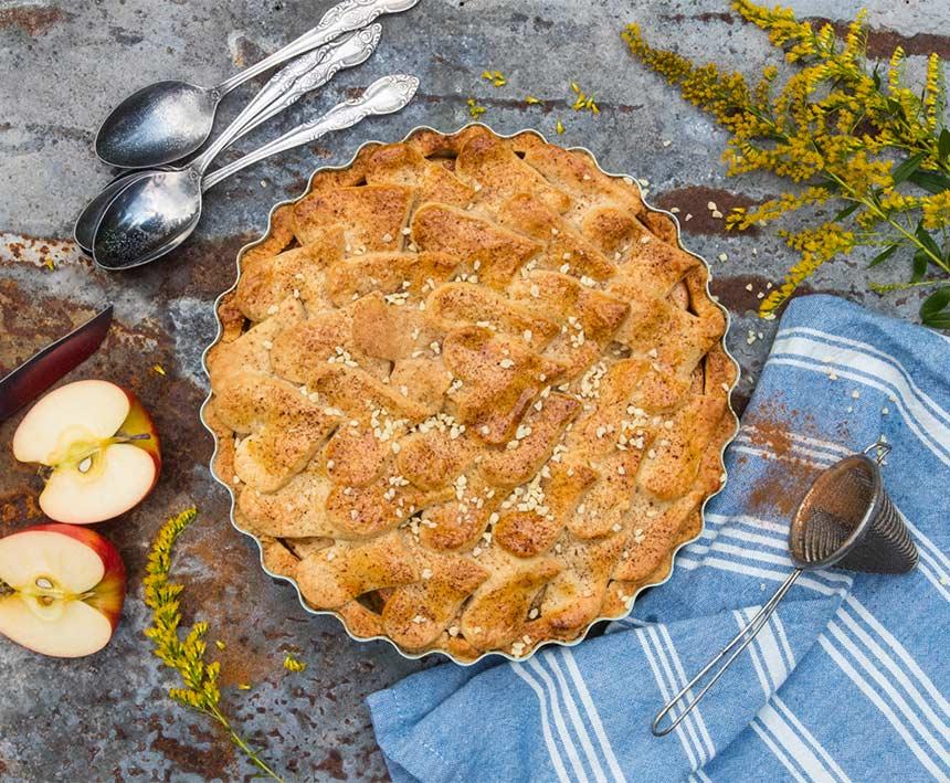 Äppelpaj med smörstekta kaneläpplen