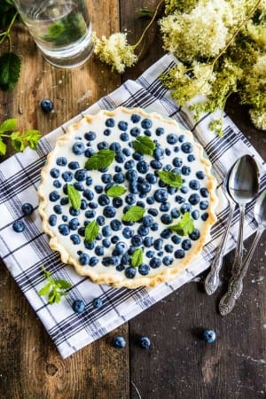 Blåbärspaj med mandelflarn och vaniljkräm