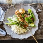 Grillade kycklingspett med ris och sparris