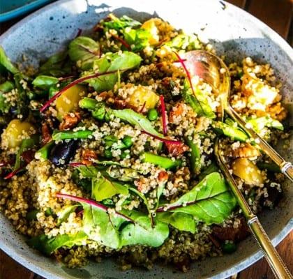 Quinoasallad med bönor, gulbetor och soltorkade tomater