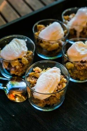 Superenkel smulpaj med rabarber och vaniljglass