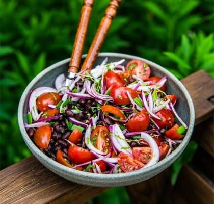 Tomatsallad med rödlök och svarta bönor