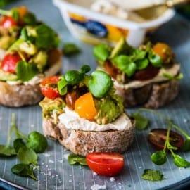 Minitoast med kantarellost, avokado, tomater och skott