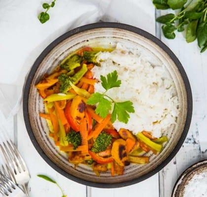 Vegetarisk panna med curry, grönsaker och ris