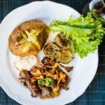 Grillad entrecôte med bakpotatis, bearnaise och smörstekta kantareller